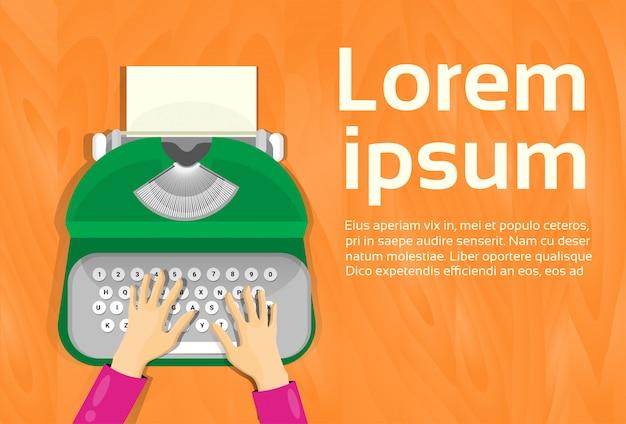 Mains tapant sur la vue d'angle supérieur de machine à écrire vintage. modèle de texte