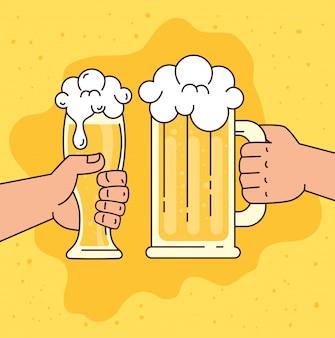 Mains tenant des bières dans la tasse et le verre, sur fond jaune