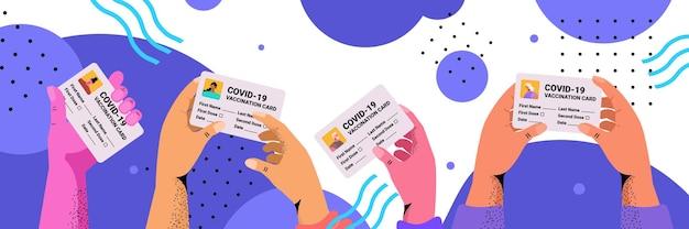 Mains tenant la carte d'enregistrement de vaccination passeports d'immunité risque gratuit covid-19 pandémie certificats pcr concept de coronavirus illustration vectorielle horizontale