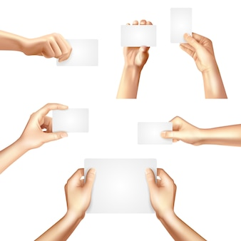 Mains tenant des cartes vierges