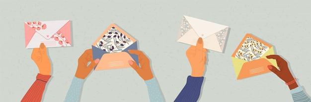 Mains tenant des enveloppes.