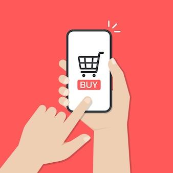 Mains tenant un smartphone et appuyez sur l'écran tout en utilisant l'application mobile d'achat en ligne