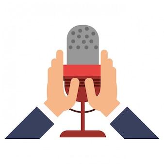 Mains tenant le symbole du microphone