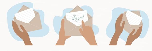 Les mains tiennent une enveloppe en papier kraft pour envoyer et recevoir une lettre