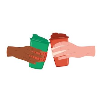 Les mains tiennent pour aller tasser un gobelet en papier réutilisable avec une boisson chaude d'hiver ou du vin chaud