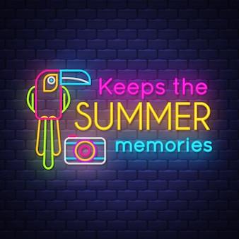 Maintient le lettrage du néon souvenirs de l'été