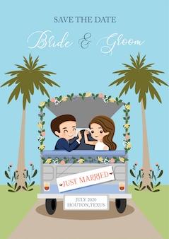 Mais la mariée et le marié voyageant avec la voiture pour la carte d'invitation de mariage