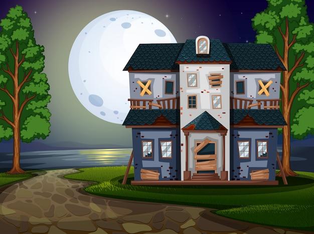 Maison hantée au bord du lac la nuit