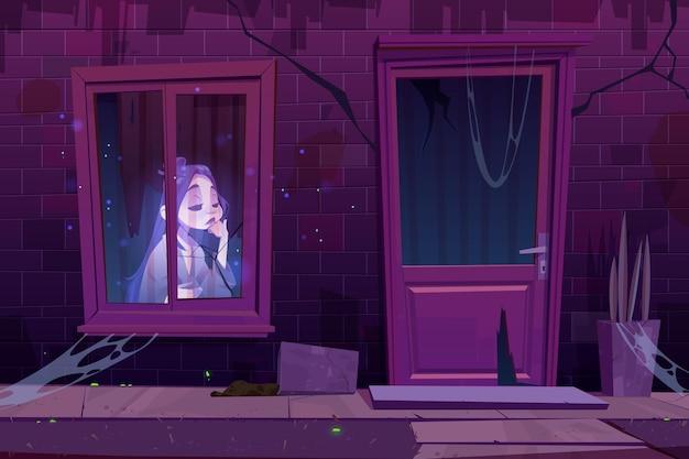 Maison hantée avec un fantôme triste assis dans l'obscurité derrière la fenêtre