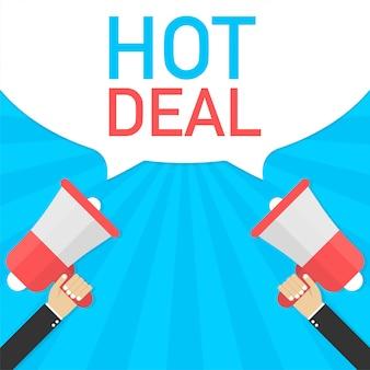 Mâle main tenant le mégaphone avec bulle de dialogue hot deal. entreprise de bannière
