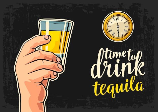 Mâle main tenant la tequila en verre et montre de poche antique