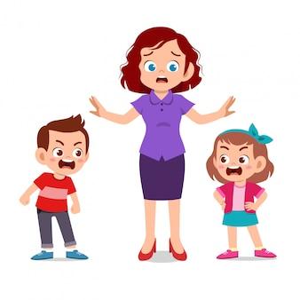 Maman avec enfants se battre ague
