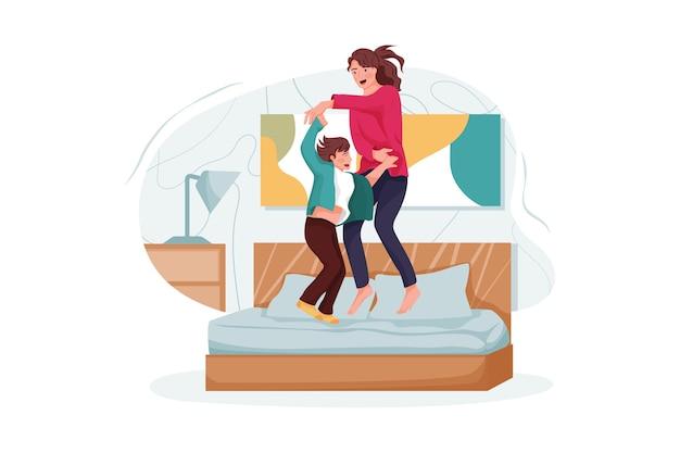 Maman joue avec son fils dans le lit de l'hôtel.