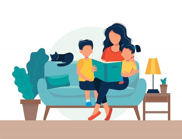 Maman lisant pour les enfants. famille assise sur le canapé avec livre.