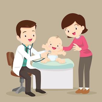 Maman et médecin pédiatre examinant petit bébé