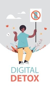 Man holding banner avec signe interdisant l'utilisation du concept de désintoxication numérique smartphone