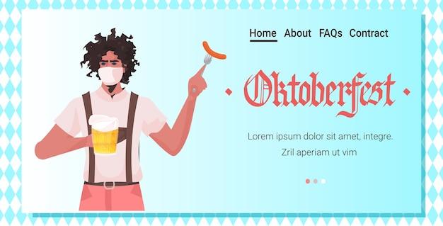 Man holding bière et saucisse oktoberfest party festival célébration guy wearing mask