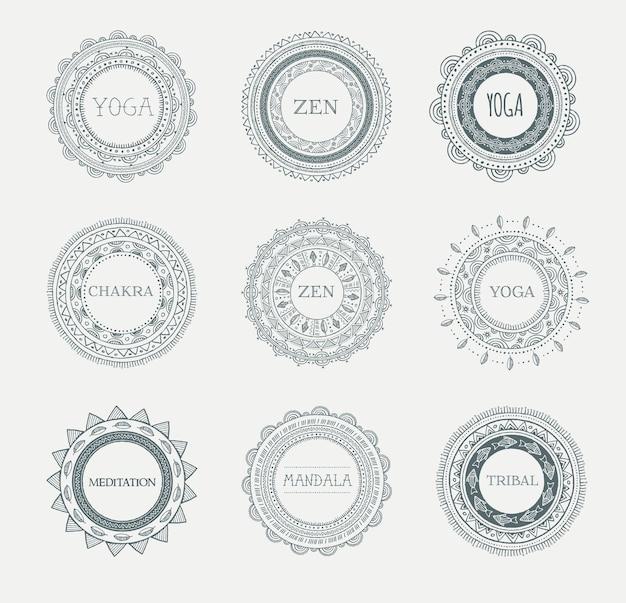 Mandala noir et blanc avec des ornements, des motifs et des éléments ronds.
