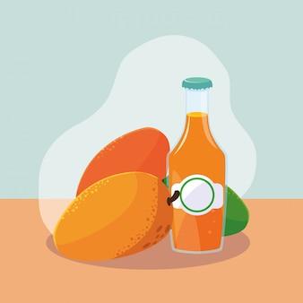 Mangue fraîche avec une bouteille de jus naturel