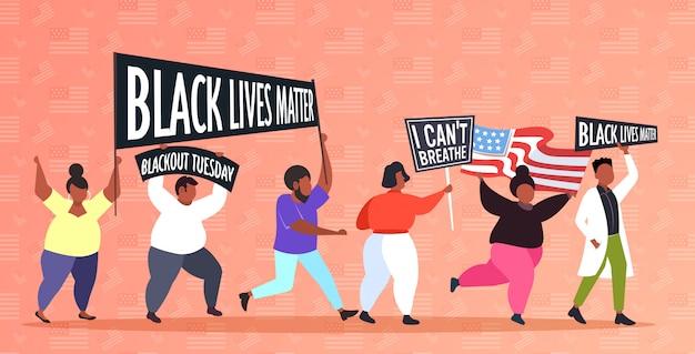 Des manifestants afro-américains avec des vies noires comptent des bannières pour protester contre la discrimination raciale