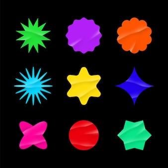 Maquette d'autocollants de couleur des étiquettes vierges de différentes formes entourent des emblèmes de papier froissé espace de copie