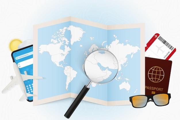 Maquette touristique du qatar à destination de voyage avec équipement de voyage et carte du monde
