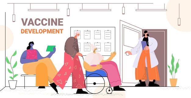 Mari âgé soignant avec femme âgée en fauteuil roulant marchant ensemble concept de soins de santé espace de copie horizontale pleine longueur