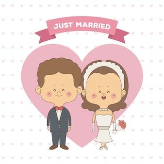 Mariée juste mariée et le marié avec des cheveux bruns ondulés