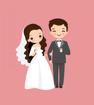 Mariée et le marié mignon avec arc hexagonal de fleur dans le naturel