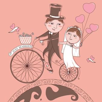 La mariée et le marié sur un vélo sur un fond