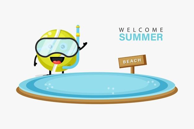 Mascotte de balle de tennis nageant sur la plage avec des salutations d'été