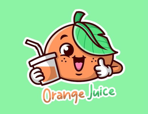 Mascotte de bande dessinée orange mignonne souriant et apporte une tasse de jus d'orange