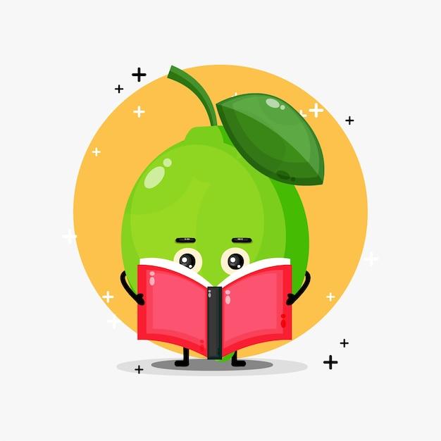 Mascotte de citron vert mignon lisant un livre