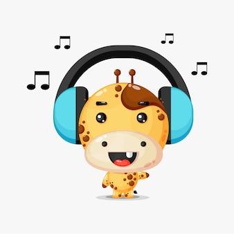 Mascotte de girafe mignonne écoutant de la musique