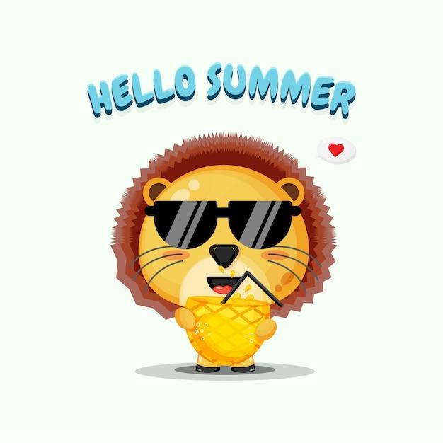 Mascotte de lion mignon transportant du jus d'ananas avec des salutations d'été