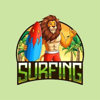 Mascotte de lion portant une planche de surf avec une plage