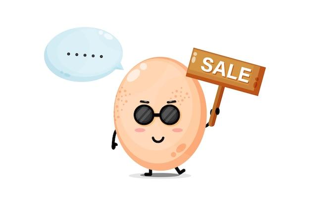 Mascotte d'oeuf de poule mignon avec le signe de vente