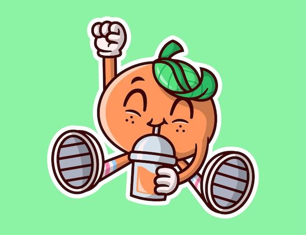 Mascotte orange mignonne boit une tasse de jus d'orange et a l'air tellement enthousiaste