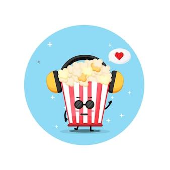 Mascotte de pop-corn mignon écoutant de la musique