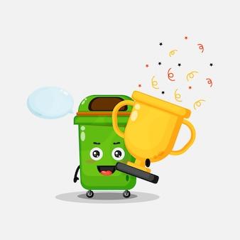 La mascotte de poubelle porte le trophée