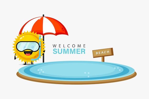 Mascotte de soleil mignon nageant sur la plage avec des salutations d'été