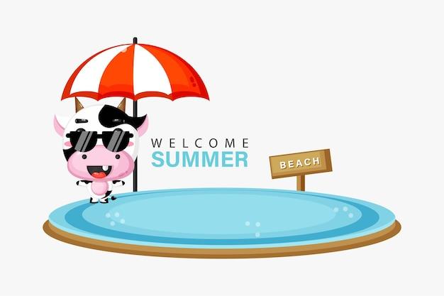 Mascotte de vache mignonne nageant sur la plage avec des salutations d'été