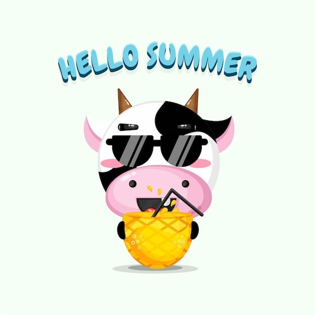 Mascotte de vache mignonne portant du jus d'ananas avec des salutations d'été