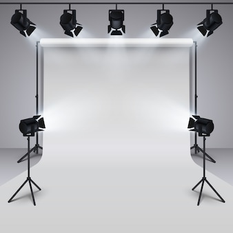 Matériel d'éclairage et fond blanc de studio de photographie professionnelle blanc.