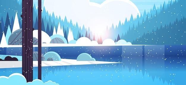 Matin d'hiver froid rivière de montagne dans la forêt enneigée lever du soleil paysage nature fond horizontal