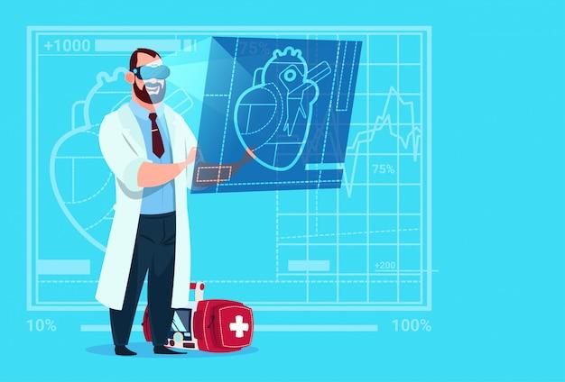 Médecin cardiologue en train d'examiner des lunettes de réalité virtuelle à l'usine du coeur