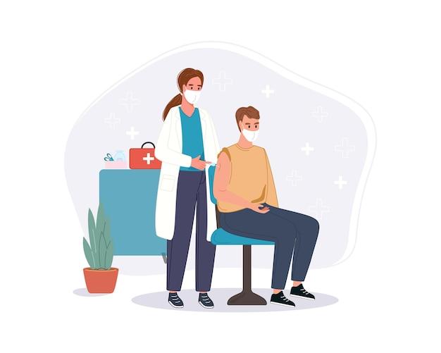 Médecin en clinique donnant le vaccin contre le coronavirus par injection à un homme âgé. concept de vaccination de santé d'immunité à l'hôpital. coup de vaccin covid pour le patient.