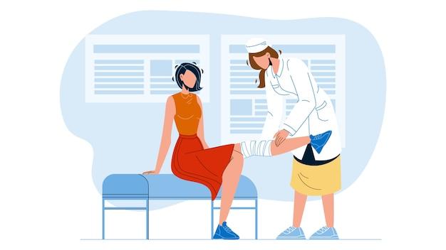 Médecin donnant la physiothérapie au patient