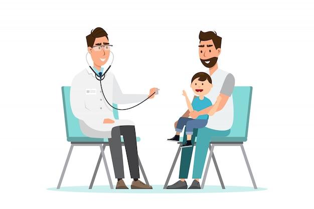 Un médecin écoute un statoscope respiratoire pour un enfant assis sur les genoux de son père