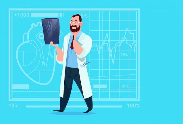 Médecin examinant la chirurgie de l'hôpital xer de cliniques médicales de rayon x
